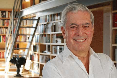 Nhà văn Peru Mario Vargas Llosa, 74 tuổi.