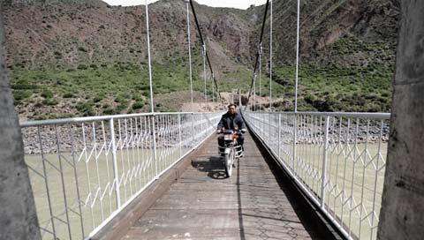 Chính phủ Trung Quốc đã đầu tư xây một số cây cầu để thay thế dây đu.