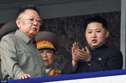 Chủ tịch CHDCND Triều Tiên Kim Jong-Il và con trai út Kim Jong-un. (Ảnh: AP)