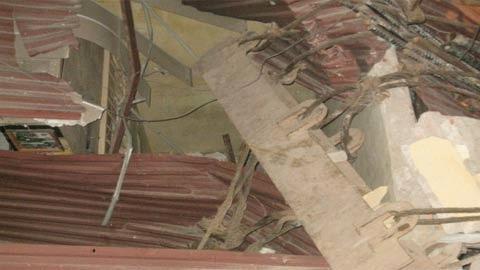 Mái nhà ông Thái bị hư hỏng nặng sau cú va chạm của chiếc cẩu khổng lồ