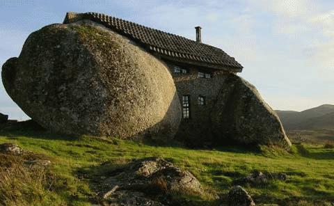 Nhà đá trên dãy núi Fafe, Bồ Đào Nha.