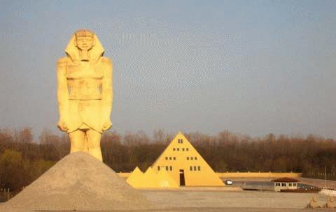 Nhà kim tự tháp vàng ở Wadsworth, bang Illinois, Mỹ.