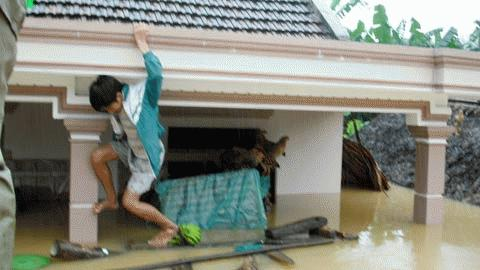 Cảnh lũ ở xã Đức Hương, huyện Vũ Quang. Hàng trăm người dân vừa được lực lượng cứu hộ di dời đến nơi an toàn sau 2 ngày sống trên mái nhà.