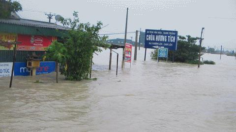 Nước ngập trắng xóa trên đường vào Miền Trung