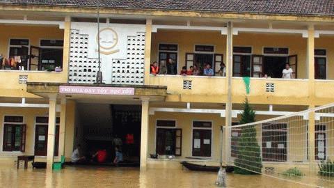 Tầng 2, trường tiểu học Đức Hương đang có hàng trăm người dân tránh lũ
