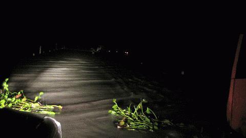 Màn đêm bao phủ, trên các con đường vào các vùng rỗn lũ bị chia cắt nghiêm trọng.