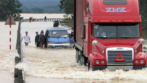 Chỉ những chiếc xe lớn  gầm cao thế này mới dám lội nước