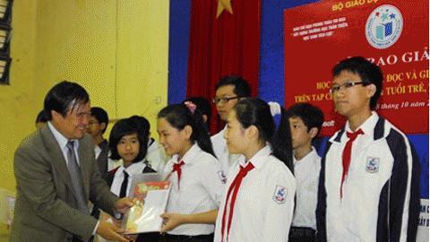 Thứ trưởng Bộ  GD-ĐT Trần Quang Quý trao phần thưởng cho HStiêu biểu về giải toán.  (Ảnh: Bích Ngọc)