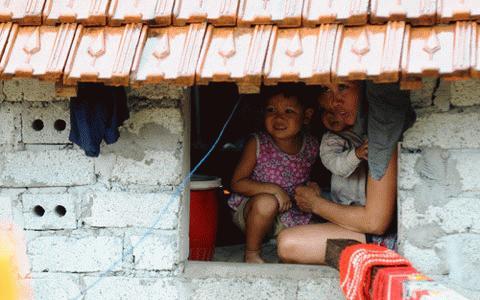 Chị Hoài và 2 con nhỏ ở xã Đức Hương, huyện Vũ Quang, tỉnh Hà Tĩnh nhịn đói đã 2 ngày, sống nhờ sự chia sẻ của hàng xóm (Ảnh: TTrẻ)