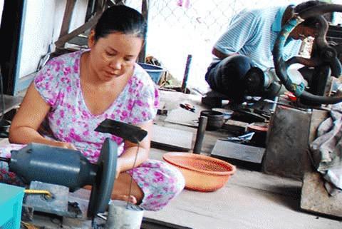Làng nghề làm lưỡi câu ở ấp Mỹ Hòa, TP, Long Xuyên năm nay lượng hàng cung cấp cho dân đánh bắt cá mùa lũ cũng giúp giảm phân nửa.