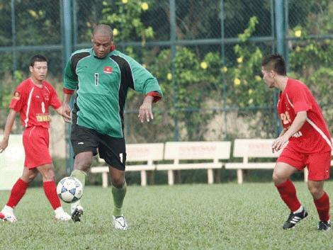 Lòng tham suýt hại thủ môn Phan Văn Santos
