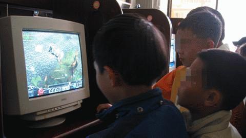 Trẻ dễ bị lôi cuốn vào các trò chơi trực tuyến có màu sắc bạo lực nếu không được người lớn quan tâm, theo sát - Ảnh: T.T.D.