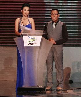 MC Lại Văn Sâm và Mỹ Uyên tại lễ trao giải liên hoan phim VNIFF