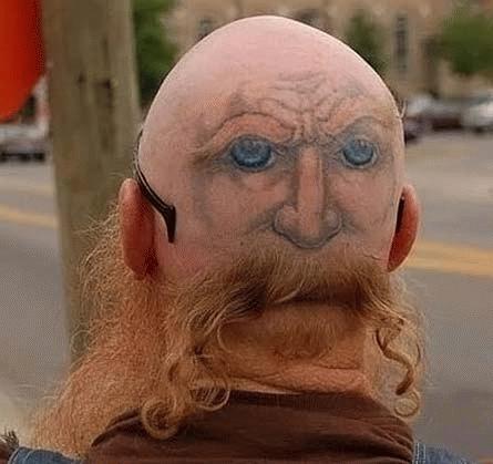 Hình xăm kết hợp tóc tỉa để tạo thành người hai mặt.