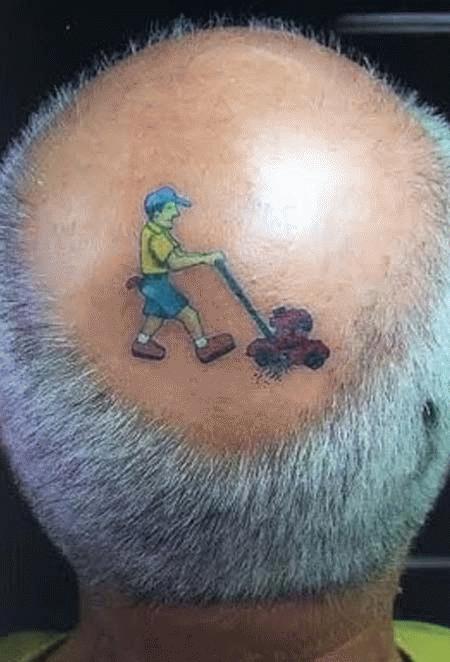 Kiểu tóc trở nên đầy ý nghĩa khi kết hợp với hình xăm người xén cỏ.