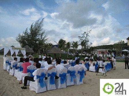 Tiệc cưới đơn giản và có khoảng 30 khách mời là những người thân của người đẹp