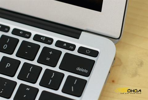Nút nguồn được bố trí ngay trong bàn phím.