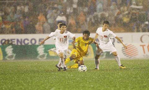 U21 Thái Lan (áo vàng) không thể hiện được nhiều trước đội chủ nhà. Ảnh: TNO