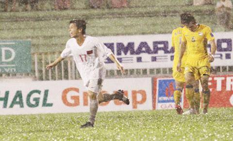 U21 VN (áo trắng) vượt qua Thái Lan dưới cơn mưa tầm tã. Ảnh: TNO
