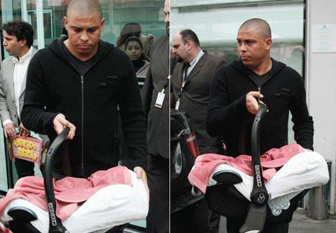 Ronaldo trong ngày đón bé gái thứ 2, Maria Alice, rời bệnh viện về nhà