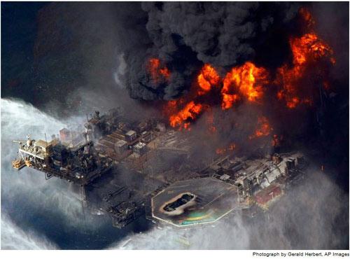 Giàn khoan Deepwater Horizon trị giá 560 triệu USD bùng cháy dữ dội sau sự cố nổ giếng dầu ngày 20/4/2010. Sự cố này làm thiệt mạng 11 người, và 2 ngày sau đó thì giàn khoan chìm xuống biển.