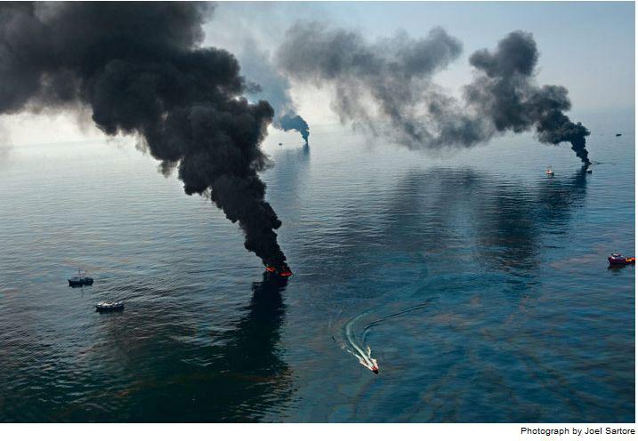 Khói bốc lên từ mặt biển phủ đầy dầu đang được đội dọn dẹp đốt ở khu vực gần giàn khoan D.H. Ước tính một lượng dầu tương đương 5 triệu thùng đã tràn ra biển; khiến sự cố tràn dầu này trở thành vụ tràn dầu lớn nhất thế giới từ trước đến nay.