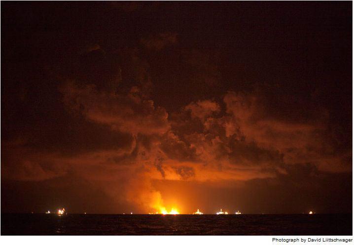 Lửa đốt cháy dầu và khí methane từ các giàn khoan của công ty BP, ngay phía trên giếng dầu.