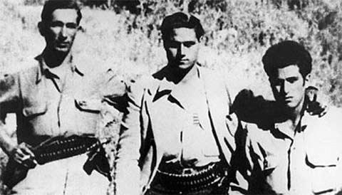 Bức ảnh cuối cùng được biết đến của các tên cướp Gaspare Pisciotta (trái) và  Salvatore Giuliano (giữa) chụp năm 1949. (Ảnh: Telegraph)