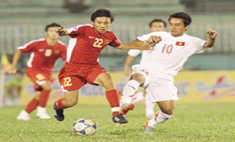 Các cầu thủ U19 VN (áo đỏ) đã chơi xuất sắc trước các đàn anh. Ảnh: TNO