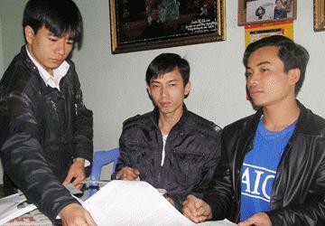 3 chú cháu (từ trái qua) Nguyễn Đình Lợi, Nguyễn Đình Tình và Nguyễn Đình Kiên sau ngày hoãn