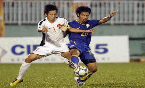 U19 VN (trắng) đã chơi đầy quả cảm trước đàn anh U21 Thái Lan. Ảnh: Dân trí
