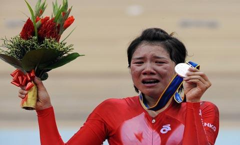 Tuột HCV vì tai nạn, nữ VĐV khóc nức nở