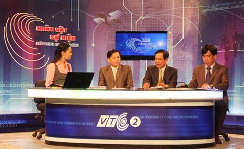 Các vị khách mời tham dự chương trình đang tọa đàm về game online : TS Trịnh Hòa Bình, PGS.TS Nguyễn Hồi Loan và ông Nguyễn Đình Mạnh (từ trái sang)