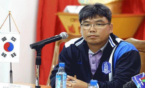 HLV trưởng U23 Hàn Quốc, Kim Jong Pil tại buổi họp báo