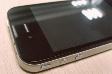 Bố trí phím tăng giảm âm lượng giống hệt iPhone 4.