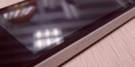 Khe cắm sim y như iPhone 4 thật.
