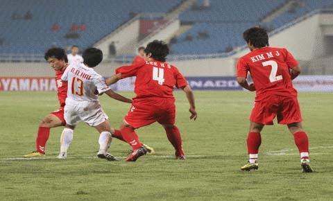 Quang Hải (số 13) đơn độc giữa hàng thủ của U23 Hàn Quốc