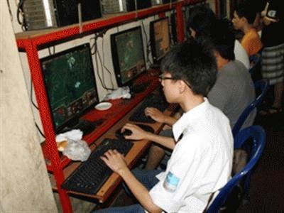 Vẫn còn nhiều học sinh trốn học để chơi game online. (Ảnh: Trung Hiền/Vietnam+)