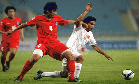 ĐTVN (trắng) sẽ đứng dậy sau thất bại trước U23 Hàn Quốc?