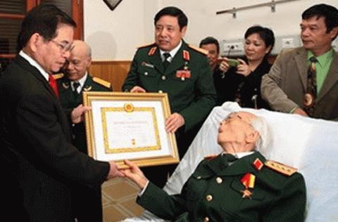 Đại tướng Võ Nguyên Giáp đang được chăm sóc đặc biệt tại Bệnh viện Trung ương Quân đội 108. Trong ảnh là Chủ tịch nước Nguyễn Minh Triết trao tặng Đại tướng huy hiệu 70 năm tuổi Đảng (Ảnh minh họa: TTXVN)