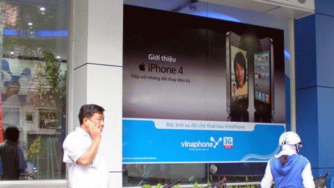 iPhone 4 chính hãng khan hàng là một trong nhiều nguyên nhân hàng xách tay bị làm giá. Ảnh: Quốc Huy.