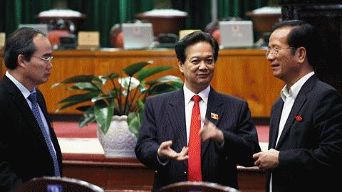Thủ tướng Chính phủ (phải) bên hành lang QH. Ảnh: Lê Anh Dũng