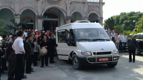 Cảnh đưa tiễn đám tang ông Nguyễn Đức Hùng (Ảnh: A.T)