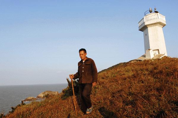 Ông Dai tự xoay sở cuộc sống 1 mình trên đảo (ảnh: xinhua)