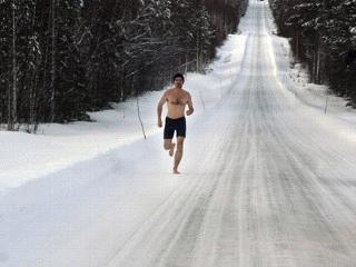 Wim Hof có thể chạy trên băng như đi dạo vào mùa hè (ảnh: ABC news)