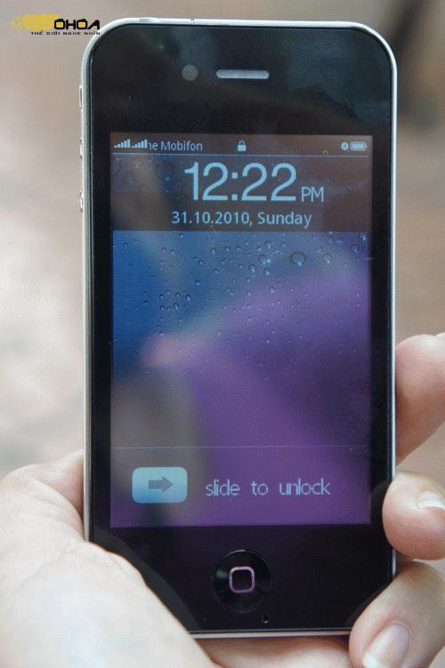 Giao diện mặt trước giống hệt iPhone 4, nhưng các ký tự hơi cứng, cảm ứng không nhạy.