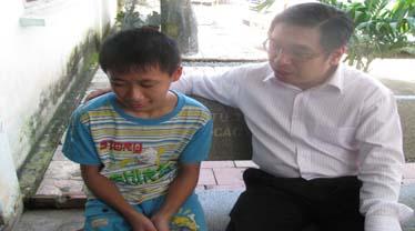Ông Nguyễn Phước Lộc (chủ tịch Hội Liên hiệp Thanh niên Việt Nam) thăm hỏi, động viên cháu Nguyễn Quyết Thắng. Ảnh: Đ.Đ