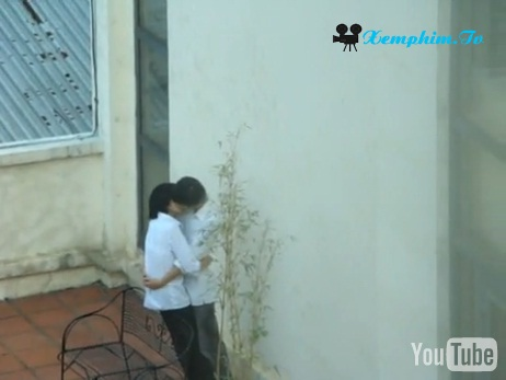 Cảnh 2 học sinh hôn nhau trên sân thượng