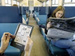 Các phần mềm đọc báo trên thiết bị di động đang đe dọa ngành công nghiệp báo giấy.