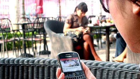 Tại Việt Nam, phần mềm đọc báo trên di động VietNamNet Mobile cũng đã được hàng trăm ngàn người sử dụng bởi khả năng đọc báo ở mọi lúc mọi nơi, dù chỉ với một chiếc điện thoại giá rẻ có kết nối GPRS.